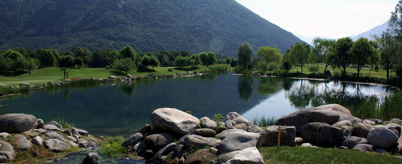 Il Golf Gerre di Losone circondato dai monti del Locarnese.