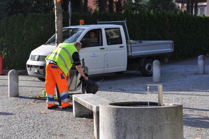 La squadra comunale di Losone impegnata nella raccolta rifiuti.