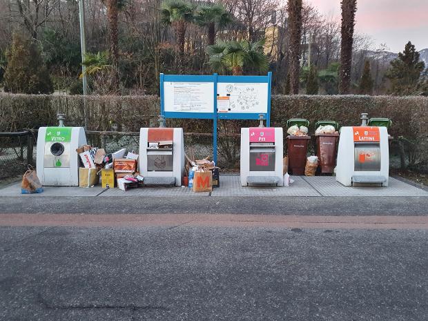 Rifiuti abbandonati fuori dai contenitori dell'isola ecologica Campagne a Losone.